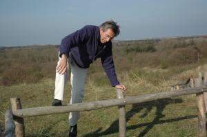 Rolf Roos en een hekje...