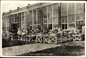 Meisjes kuren bij het Zeehospitium in Katwijk (bron: Dorine van Hoogstraten)