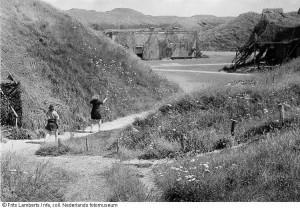 Gecamoufleerde bunkers in de duinen bij  Den Helder, 1945 (foto: Frits Lamberts, Nederlands Foto museum)