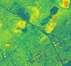 Resten van het paraboolduin zijn te herkennen aan de gele plekken met rode toppen