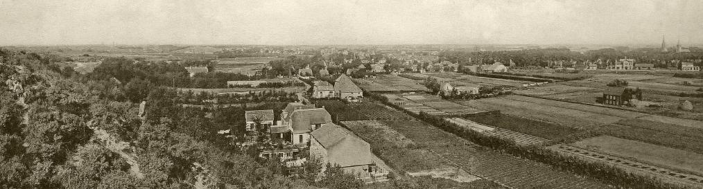 Uitzicht vanaf Papenberg ca 1930. Huizen op voorgrond liggen waar nu begraafplaats Onderlangs is. Helemaal rechts station Castricum