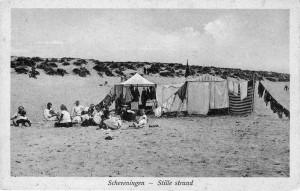 Stille strand tussen Scheveningen en Kijkduin (1920). Uitgave B. Sjouke, Scheveningen. Collectie F. Beekman