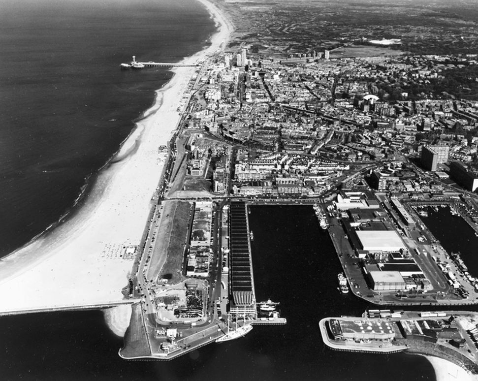 De imposante visafslag in de Scheveningse haven op een luchtfoto uit 2007. Bron: RCE