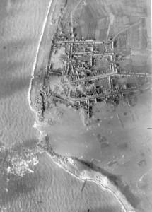 Westkapelle werd op 3 oktober 1944 gebombardeerd, waarbij er een gat in de dijk werd geslagen en het dorp overstroomde. Bron: westkapellecultuurbehoud.nl
