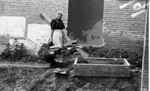 Een vrouw zoekt brandhout (1944) (foto: Menno Huizinga, Nederlands Fotomuseum)