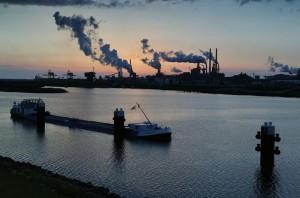 Blik over het Noordzeekanaal op de industriële complexen aan de noordzijde. Bron: RCE