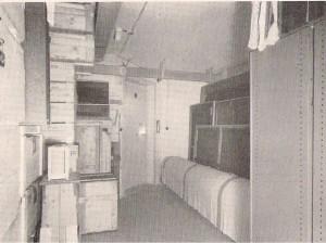 Het interieur aan de voorzijde van de schuilkelder in Castricum met rechts op de voorgrond de opgerolde Nachtwacht. (foto Stedelijk Museum)