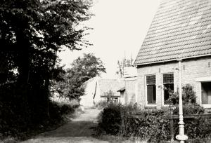 Ter hoogte van het tegenwoordige kaaspakhuis achter het spoor begon het Slingerpad. Het eindigde op de Kramersweg tussen de aansluitingen met de Puikman en Onderlangs.