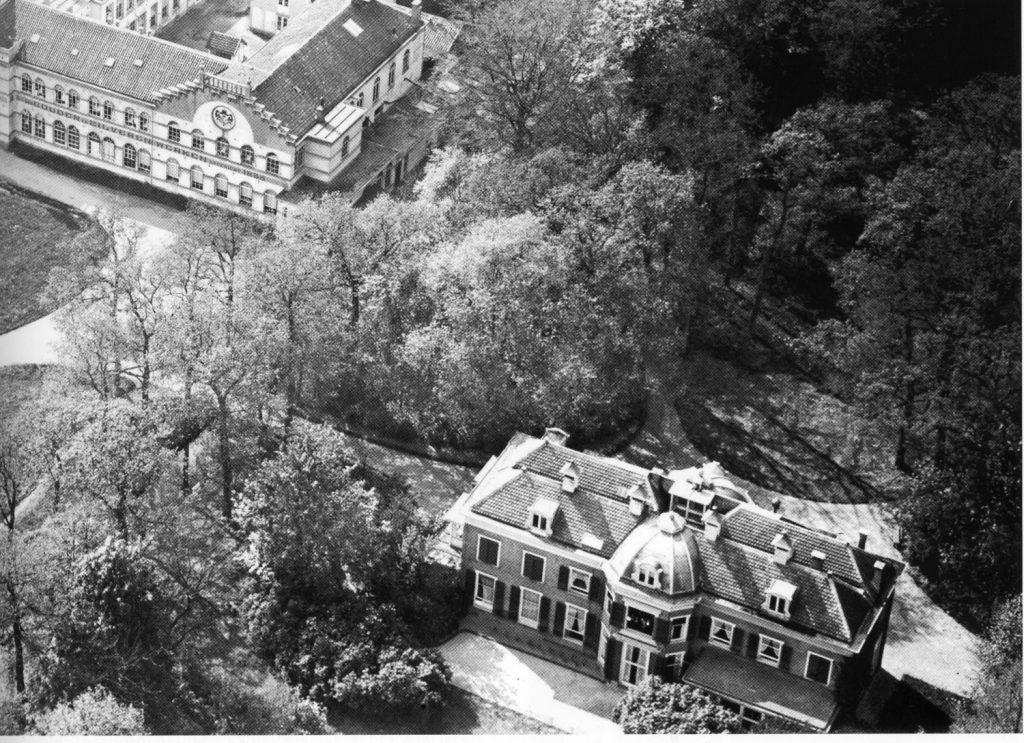 Huize Berbice met links de voorgevel van de voormalige zilverfabriek Foto: Aviodrome